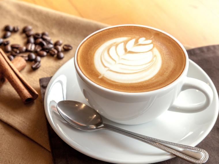 Así se prepara el café instantáneo.